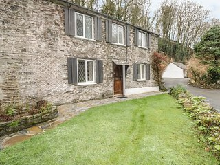 MILLER'S HOUSE, pet friendly, character holiday cottage, with a garden in