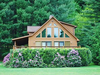 Appalachian Mist-Riverfront, Hot Tub, Pet Friendly, WIFI, wood fireplace
