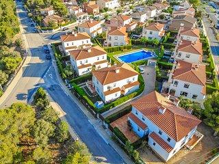 MASIA2 adosado jardin privado, BBQ y piscina comun