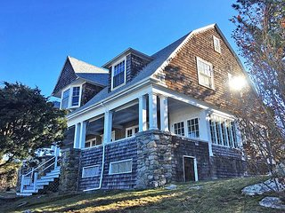 Annisquam Heights: Ocean views & traditional New England charm.