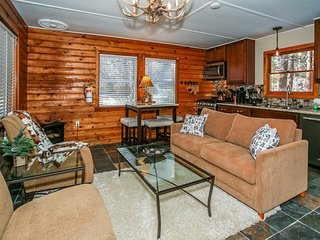 *FRESH WALK TO LAKE COTTAGE~Sun Room~Smart TV~