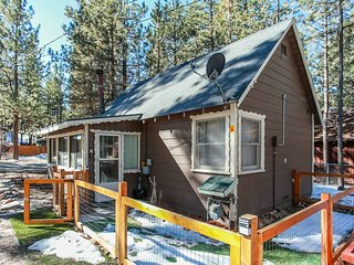 Robins Roost Adorable 1BR + Loft / Hot Tub / Streaming TV / Walk To Lake
