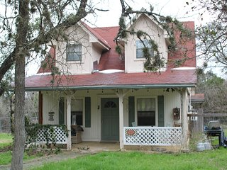 South Austin - cute, roomy and airy cottage with a country feel.