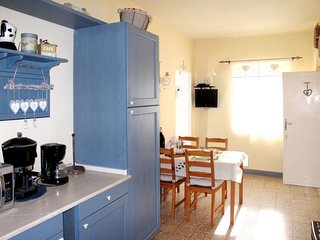 2 bedroom Apartment with WiFi and Walk to Shops - 5715352