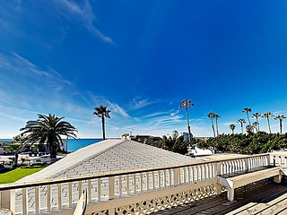 Top-Floor Beachside Apartment w/ Courtyard & Balcony - Walk to Beach & Pier