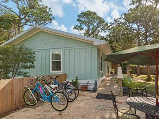 Charming Beach Cottage-Short Walk to the Beach-7 Bikes Included-Outdoor Patio!!
