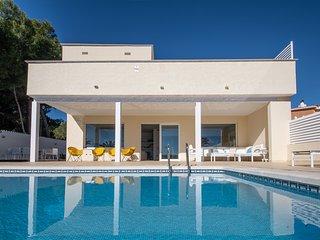 Preciosa villa con piscina, jardín y vistas al mar