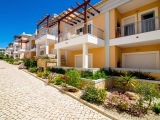 Central Three Bedroom Apartment in Olhos de Água with Swimming-pool