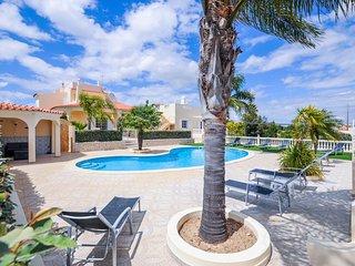 Villa Paraiso is a luxury villa in the seaside resort of Carvoeiro