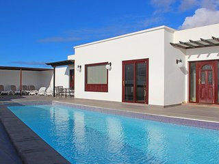 Beautiful Front line Villa in Playa Blanca with heated Pool