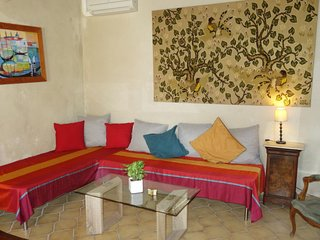 Pernes-les-Fontaines Holiday Home Sleeps 9 with Pool Air Con and Free WiFi
