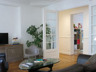 Family Voltaire apartment in 11eme - La Bastille with WiFi & lift.