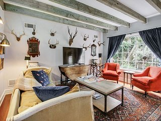 Carriage House in Historic District w/ Courtyard - Walk to Forsyth Park