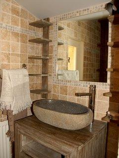 Décoration minérale dans la salle d'eau, douche italienne, pommeau parapluie