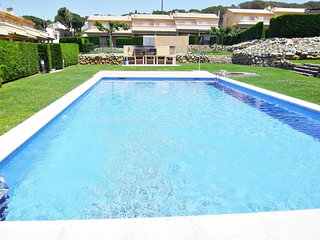 Villa Daro, MODERN HOUSE WITH COMMUNITY AND LANDSCAPED POOL, WIFI FREE, 7 PERS