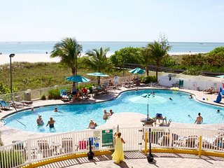 BEACH ESCAPE, 3 x 2BR/2BA FOR 18 GUESTS, TIKI BAR, 2 POOLS, PARKING, BALCONY