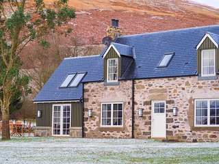 Beautiful converted cottage with stunning loch and mountain views