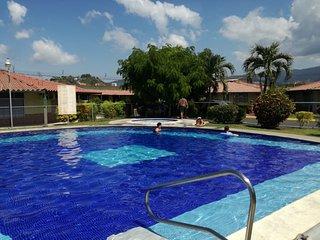 Bella Villa en Jacó excelente precio, totalmente equipada