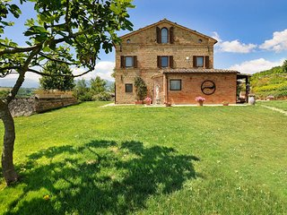 San Ginesio Villa Sleeps 12 with Pool and WiFi - 5763550