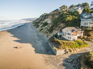 INSTANT beach access with this 3 bedroom home on the sands in Lincoln City!