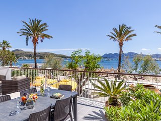 Seafront apartment with large terrace with ideal central location, right opposit