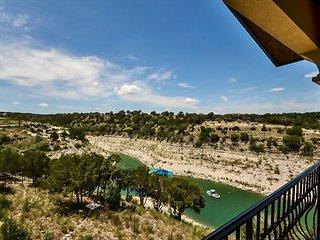 Chardonnay Haus: Lakefront Villa on Vineyard—45 Mins from Downtown Austin