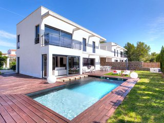 3 bedroom Villa with Air Con, WiFi and Walk to Beach & Shops - 5761844