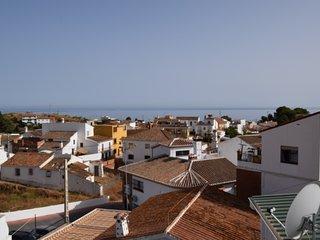 Rofylld takvaning mellan stranden och bergen. Stor terrass och havsutsikt