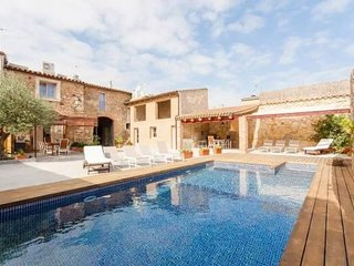 Pals Apartment Sleeps 4 with Pool and Air Con - 5622321