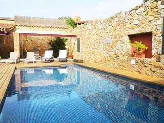 Pals Apartment Sleeps 4 with Pool and Air Con - 5623069