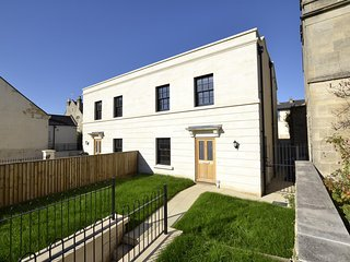 NEW: Beautiful 3-bed house with parking