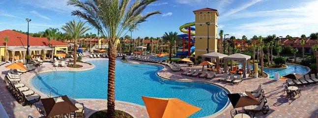 2 immenses piscines avec chaises longues, parasols et tables