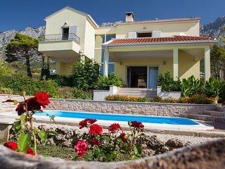 Spacious villa close to the center of Makarska with Parking, Internet, Washing m