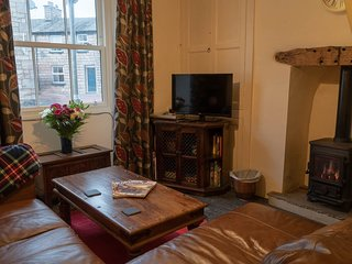 Toffeepot Cottage - Traditional terrace cottage, 5-minutes walk from town centre