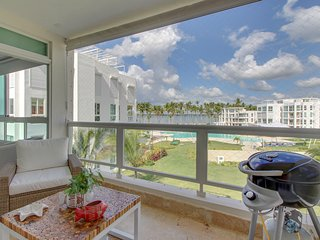 Seaview apartment w/ balcony, shared pool, onsite golf & private beach access!