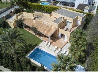 Lujosa Villa Begonia en Ibiza Playa d'en Bossa con vistas a la montaña y al mar!