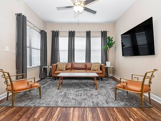 ☆ WOW Party Condo Downtown w/ Pool, Poker, Bars
