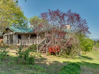 Hilltop House: Luxury accommodations w/Equestrian facilities.  Close to TIEC and