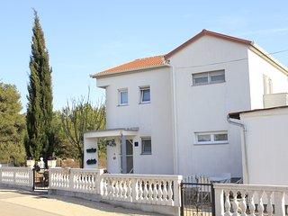 Spacious apartment close to the center of Biograd na Moru with Parking, Internet
