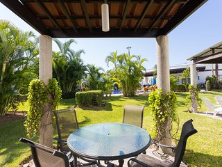 Casa Orquidea, Paradise townhouse with shared pool! 10 minutes from  beach!