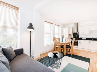 LARGE SPACIOUS AND AIRY 2-BEDROOM KENTISH TOWN APT