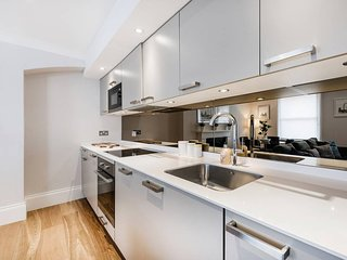 STUNNING LARGE 2-BED LUXURY CENTRAL SOHO APT