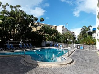 VALUE DEAL! GREAT POOLSIDE KING UNIT! ON THE BEACH, HOT-TUB, TENNIS, GRILL