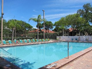 VALUE SEASON! 3 SPACIOUS 2BR APTS FOR 15! POOL, TENNIS, GRILL