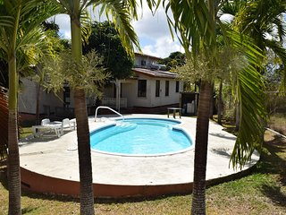 3 Bedroom Bungalow Villa+2 Bedroom House, 3/4 acre gds, swimming pool, Wi-Fi