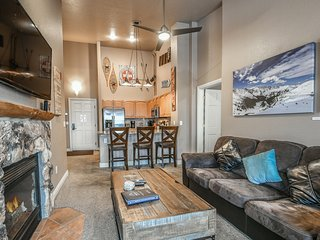 Hidden River 5981-Renovated, FREE WIFI, Shuttle to River Run, Walk to slopes & K