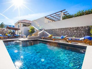 4 bedroom Villa with Air Con, WiFi and Walk to Beach & Shops - 5764727
