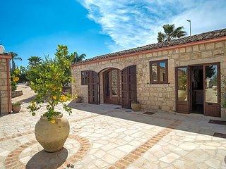 Cammaratini Villa Sleeps 13 with Pool Air Con and WiFi - 5765985