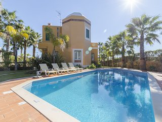 4 bedroom Villa with Air Con, WiFi and Walk to Beach & Shops - 5239086