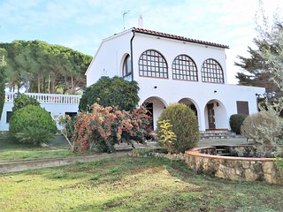 Villa Elegant, large 10p, spacious, private pool, garden, 400m beach